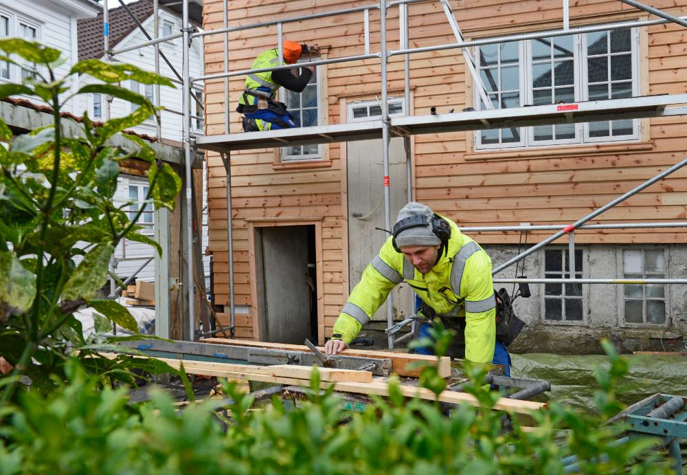 HøieUeland arbeider på byhuset i Tidegeilen, Gjesdal kommune (Foto: HøieUeland)