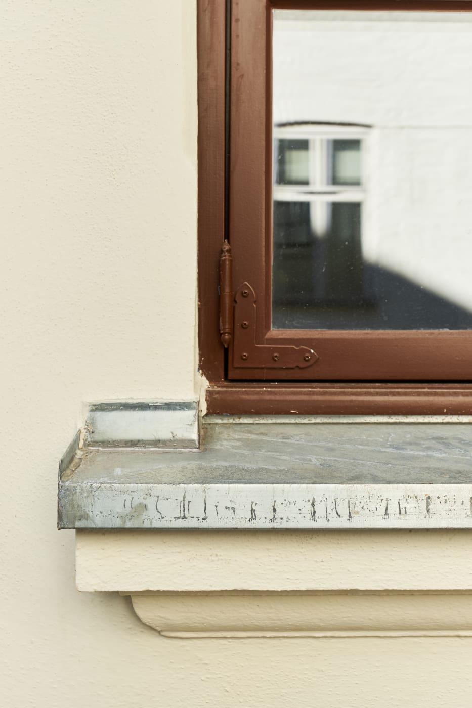 Vinduene på bygget er skiftet til vinduer som har samme uttrykk som vinduene som ble brukt for hundre år siden. Kalkpussen gjør at det er enkelt å forme detaljer rundt vinduet. (Foto: Eivind Røhne)