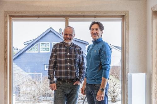 Byggmesterne Kjetil Slyk (v) og Svein Inge Espevik stortrives i faget. (Foto: Slyk & Espevik)