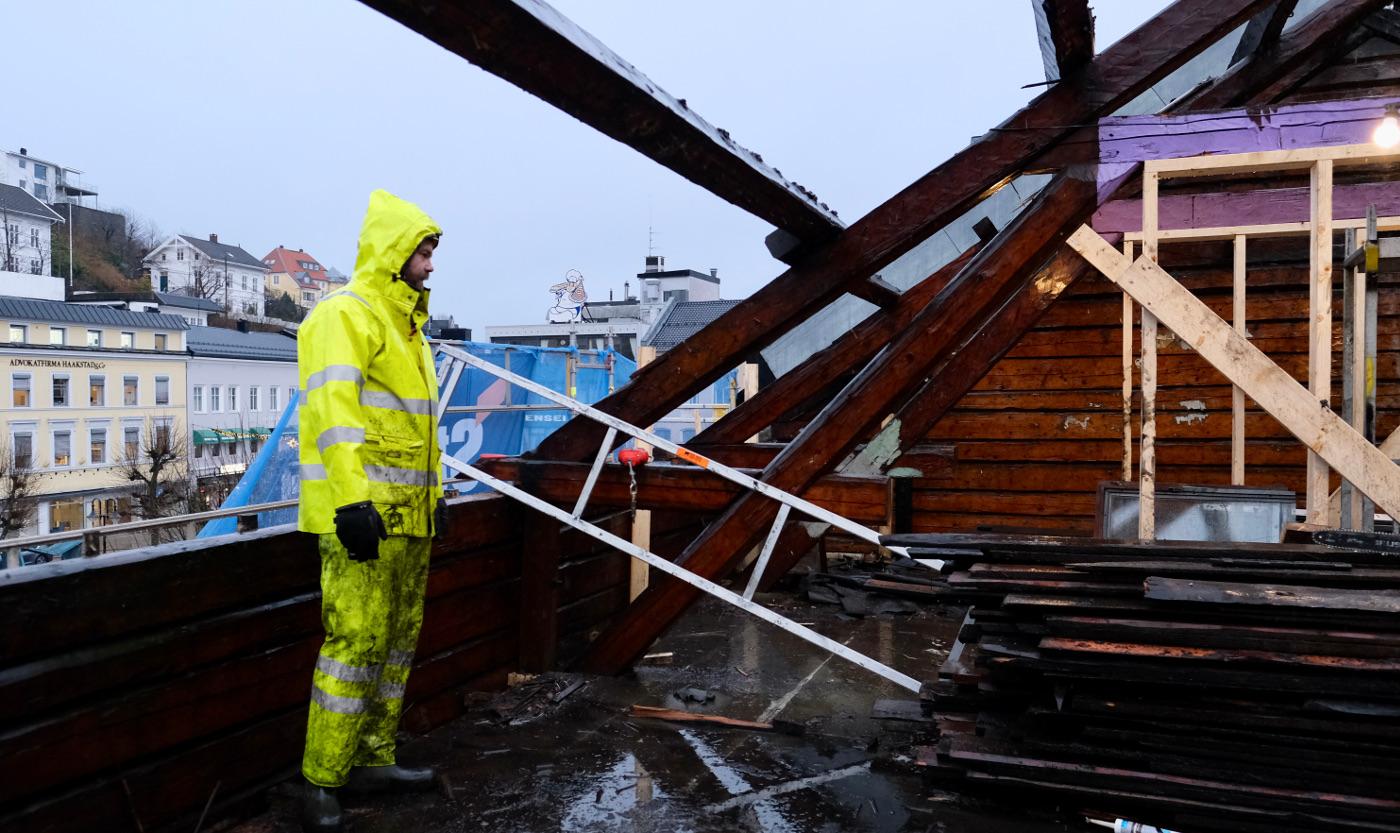 Tømrer Stian Siring rydder og gjør klart for å ta ned de eldre takstolene før de settes opp igjen. - I praksis blir de bare til pynt.